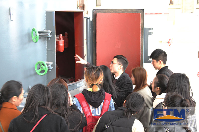 Fote Engineers Wong Explaining To Students.jpg